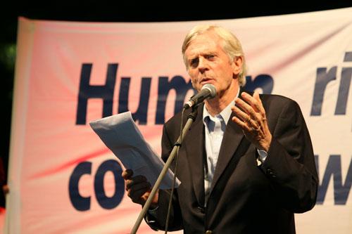 Бывший ЧП Канады Дэвид Килгур выступает на официальном открытии Всемирной эстафеты Факела в защиту прав человека в Афинах. 9 августа 2007 года. Фото: Ян Якилек/Великая Эпоха