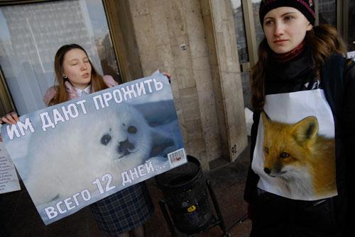 Акция против меховой индустрии «Звери не носят чужих шуб или Манькины слёзы» в Киеве возле Дворца Спорта 4 февраля. Фото: Великая Эпоха