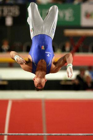 Амстердам, НІДЕРЛАНДИ: Igor Cassina з Італії виступає під час чемпіонату Європи із спортивної гімнастики. Фото ARIS MESSINIS/AFP/Getty Images