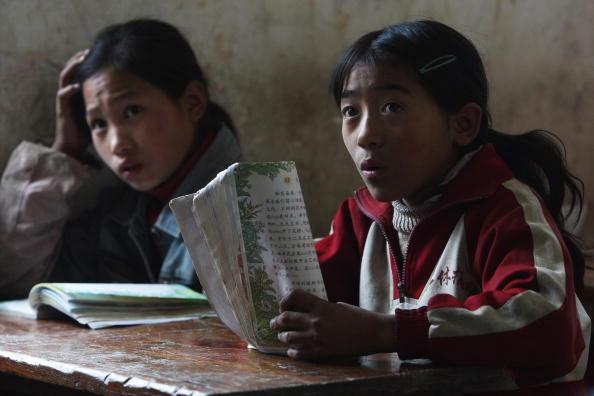 Дети на уроке в школе. Уезд Ханьюань провинции Сычуань. 17 ноября 2008 г. Фото: Guang Niu/Getty Images