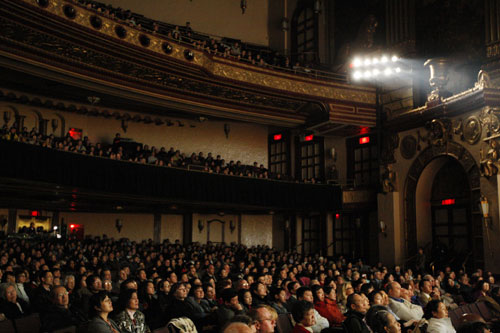Зрители снаружи Бэконского театра ожидают начала первого шоу ТВНДТ 2007 года – «Праздничные чудеса». Фото: Суман Шринивасан/Великая Эпоха