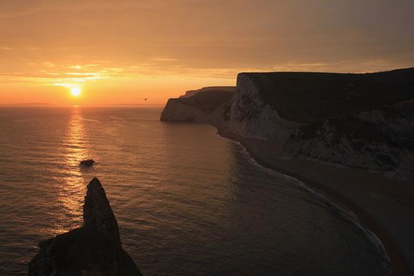 На Юрському узбережжі можна побачити численні прямовисні скелі, сформовані за часів Мезозойської ери; ці скелі простягаються вздовж всього узбережжя. Фото: Matt Cardy/Getty Images