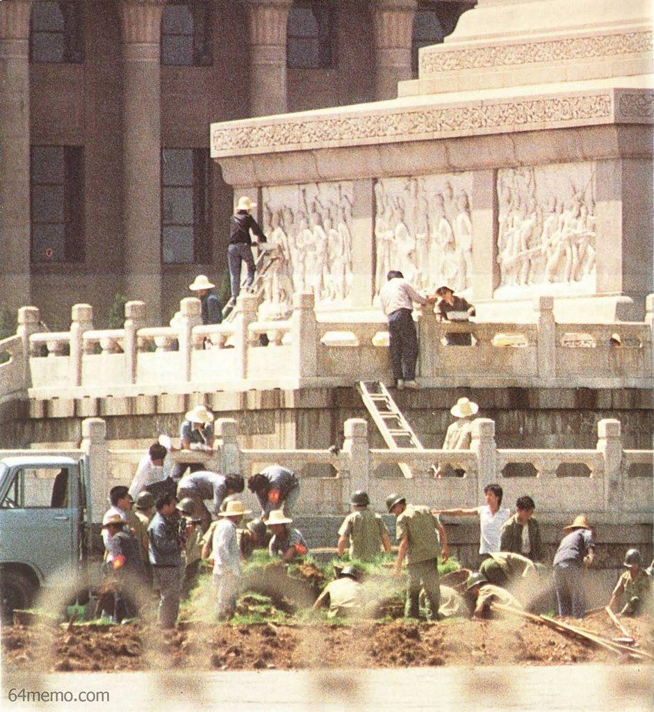 15 июля 1989 г. Можно ли дочиста смыть кровь студентов с обелиска героев славы? Фото: 64memo.com