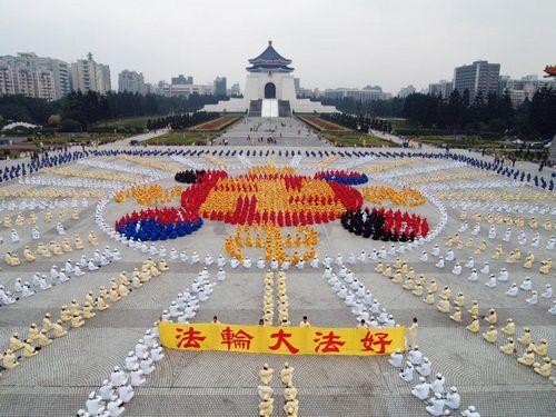 25.12.2005 р. 5 тисяч послідовників «Фалуньгун» вишикувалися у формі зображення символу «Фалуньгун» - знаку фалунь. Фото з epochtimes.com
