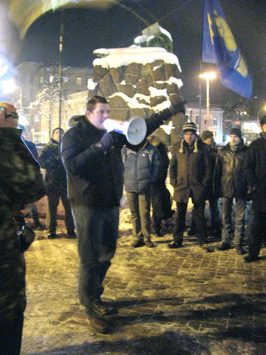 Андрей Ильенко в своем выступлении заявил, что политика, которую ведет власть – антиукраинская – и призвал к борьбе. Фото: Алина Маслакова/The Epoch Times Украина