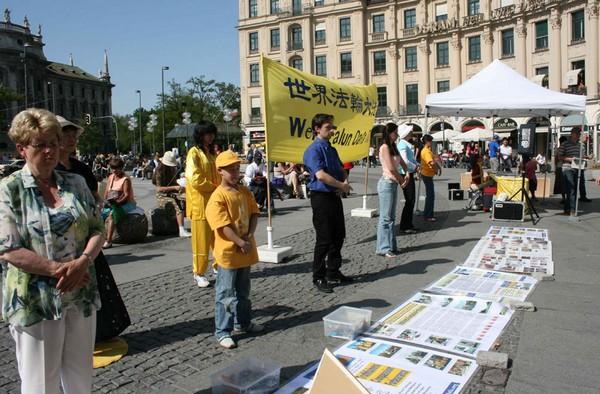 Мюнхен (Германия). Мероприятия, приуроченные к Всемирному Дню Фалунь Дафа. Фото с minghui.org