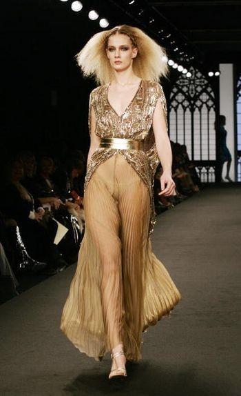 Коллекция женской одежды от итальянского дизайнера Фаусто Сарли (Fausto Sarli), представленная 27 января на показе мод в Риме. Фото: TIZIANA FABI / AFP / Getty Images