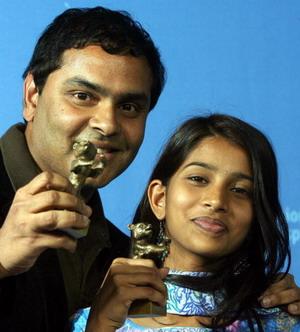 Индийский режиссер Раджнеш Домалпали (Rajnesh Domalpalli) и индийская актриса Мамата Букья (Mamatha Bhukya) получли приз за фильм «Ванайя» (Vanaja). Фото: MARCUS BRANDT/AFP/Getty Images