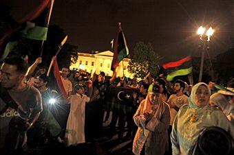 Сотни ливийцев 21августа 2011, напротив Белого дома в Вашингтоне (округ Колумбия), пришли отпраздновать взятие повстанцами центра Триполи в Ливии. Они скандирую: «Каддафи покинул Триполи», «Ливия – свободна». Фото: Stephan Jourdain / Getty Images