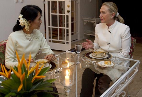 Госсекретарь США Хиллари Клинтон и лидер демократической оппозиции Аун Сан Су Чжи обедают в резиденции главы американской миссии в Рангуне. Мьянма, 1 декабря 2011 года. Фото: Saul Loeb/Getty Images