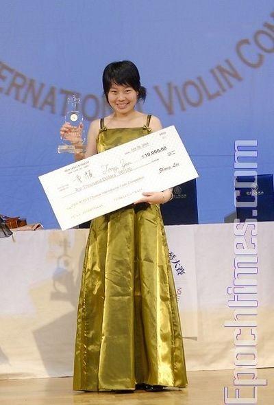 Тун Янь, що посіла 1-е місце, отримала чек на $10 тис. Фото: Даї Бін/The Epoch Times