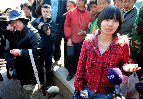 После окончания суда жена Ху Цзя Цзэн Циньен даёт интервью корреспондентам СМИ. Фото: TEH ENG KOON/AFP/Getty Images