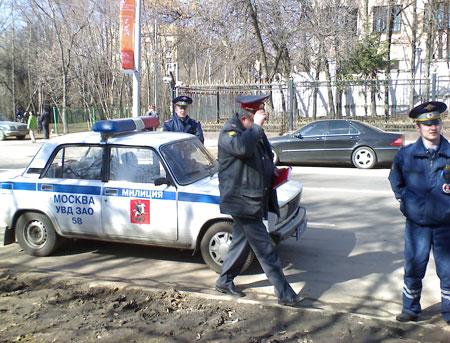 Приехала дополнительная машина милиции. Фото: Великая Эпоха