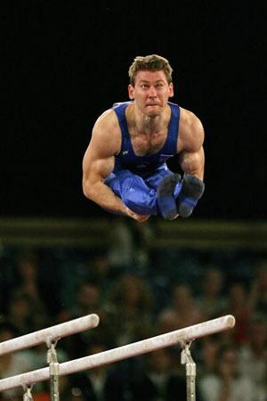 Амстердам, НІДЕРЛАНДИ: Mitja Petkovsek із Словенії виступає під час чемпіонату Європи із спортивної гімнастики. Фото ARIS MESSINIS/AFP/Getty Images