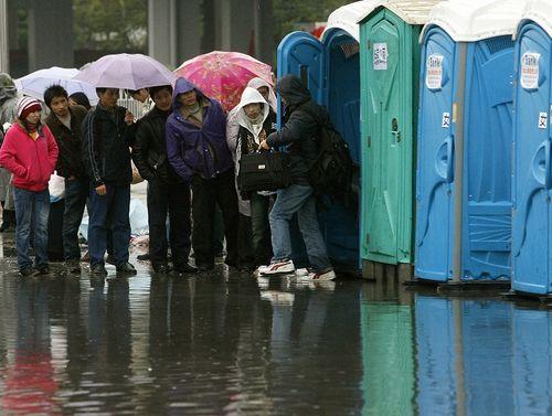 На вокзалі в Гуанчжоу як і раніше більш ніж 200 тисяч чоловік чекають потягів. Фото: LIU JIN/AFP/Getty Images
