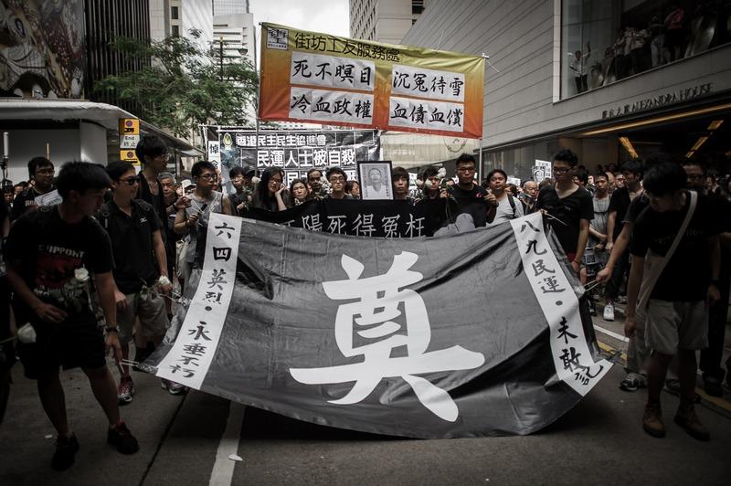 Гонконг, 10 июня. В Гонконге прошла демонстрация памяти умершего китайского диссидента Ли Ванъяна, который провёл в тюрьме 22 года за участие в студенческих протестах на площади Тяньаньмэнь в 1989 году. Фото: PHILIPPE LOPEZ/AFP/Getty Images