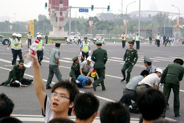 Полиция напала на участников акция в защиту свободы Тибета. 8 августа. Пекин. Фото: freetibet.com