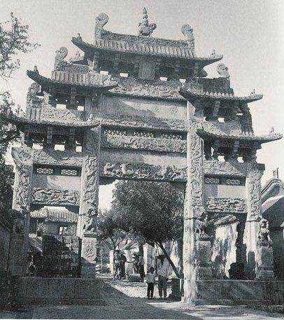 Арка перед храмом в Тайане. Фото с aboluowang.com