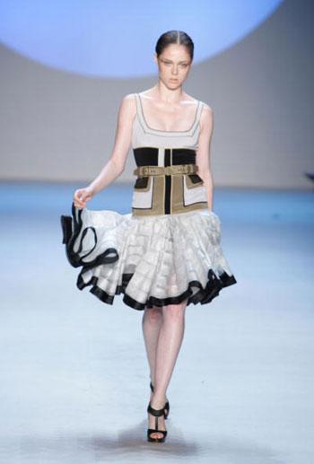 Коллекция одежды сезона весна-2008 от дизайнера Зака Посена (Zac Posen) на Неделе моды Mercedes-Benz Fashion Week в Нью-Йорке. Фото: Mark Mainz/Getty Images for IMG