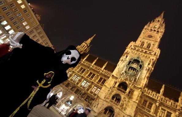 Протестуючий перед будівлею муніципалітету під час проведення 46-й Мюнхенській конференції безпеки. 5 лютого 2010, НІМЕЧЧИНА. Фото: Miguel Villagran / Getty Images