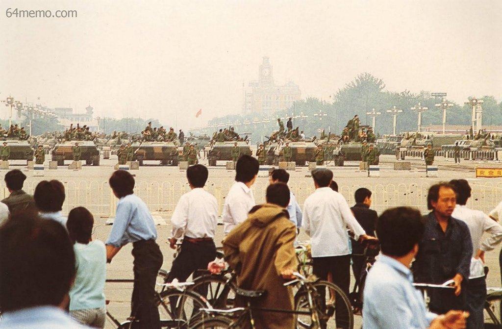 7 июня 1989 г. Танки и армия по прежнему не покидают площадь Тяньаньмэнь. Люди не осмеливаются подходить близко и наблюдают издалека. Фото: 64memo.com