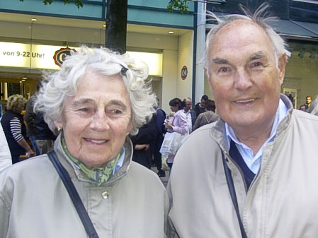 Супружеской паре Вальтеру (81) и Гудрун Эбберсмайеры (74) «больше всего понравились танцы». Они посетили карнавал культур в Гамбурге в первый раз. Фото: Чжихун Чжен/Великая Эпоха, Германия