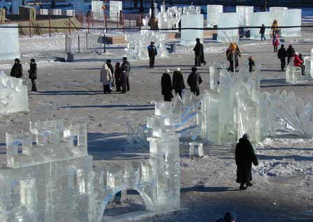 Люди роздивляються крижані скульптури. Фото: Іван Поляков/Велика Епоха