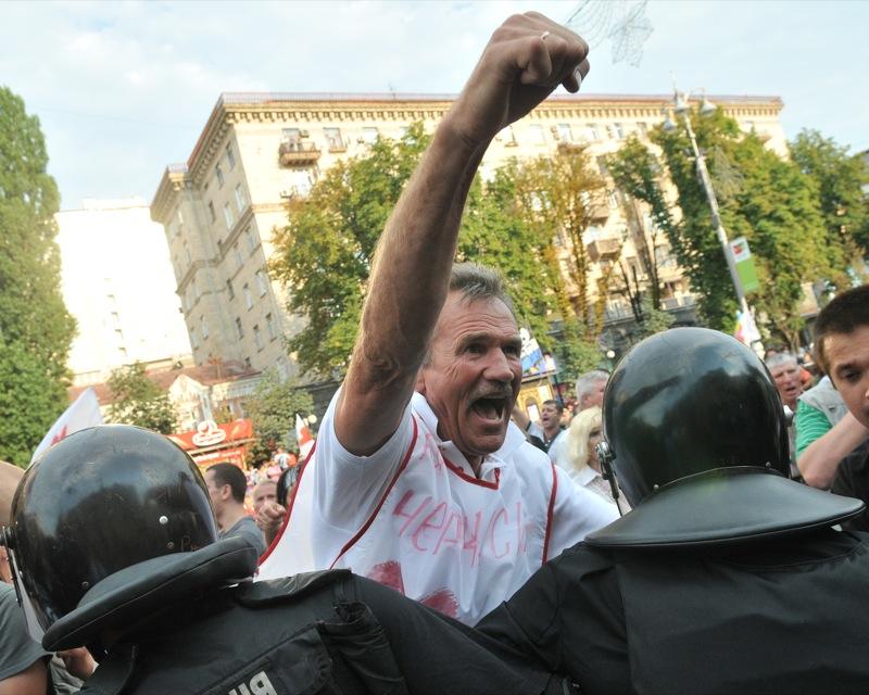 Столкновения сторонников экс-премьера и Беркут произошли на Крещатике 8 августа 2011 года. Фото: Владимир Бородин/The Epoch Times Украина