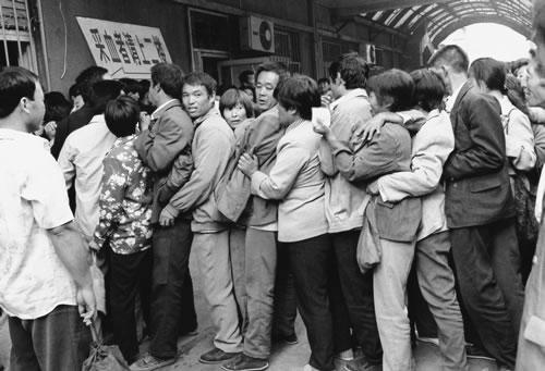 Крестьяне стоят в очереди, чтобы подать свою кровь и заработать немного денег на жизнь. Горд Цзинань провинции Шаньдун. 1998 год. Фото: Gu Yunwei