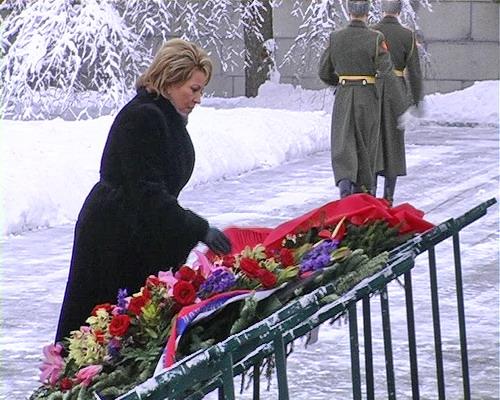 Губернатор Санкт-Петербурга Валентина Матвиенко возлагает цветы к вечному огню на Пискаревском кладбище 27 января 2008 года. Фото: Вячеслав Козлов