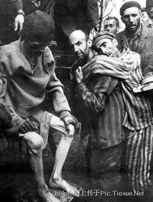 Узники концлагеря в Бухенвальд. Когда туда пришла 80-я дивизия армии США, то очень многие уже умерли. Этот лагерь взят 16 апреля 1945 года.