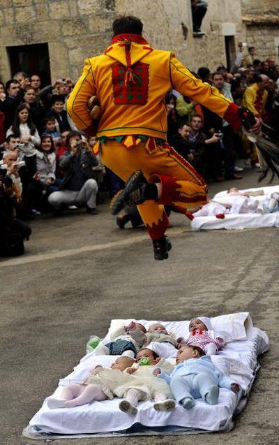 Церемонія Ель Колачо (El Colacho). Одягнений під диявола чоловік перестрибує через немовлят. Фото: Denis Doyle/Getty Image