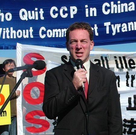 Выступает лидер международной Христианской организации защиты прав человека г-н Джеймс Скотт. Фото: Ло Я/Великая Эпоха