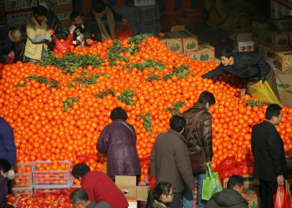 Жители г.Сиан покупают новогодние «золотые мандарины». Фото: Getty Images