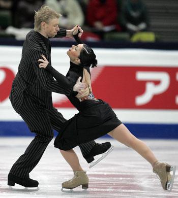 Изабель Делобель/Оливье Шонфельдер (Франция) исполняют обязательный танец. Фото: YURI KADOBNOV/AFP/Getty Images