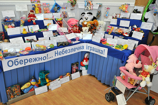 Стенд з небезпечними дитячими іграшками. Фото: Володимир Бородін / The Epoch Times Україна