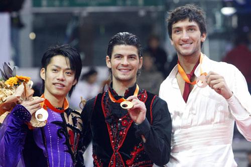 Слева направо: Дайсуке Такахаси (Япония), Стефан Ламбьель (Швейцария), Эван Лайсачек (США). Фото: DAMIEN MEYER/AFP/Getty Images