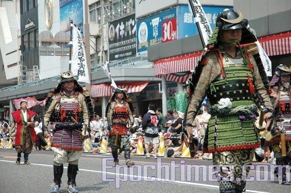 Колонна древних японских воинов – самураев. Празднование дня города Ниигата. 9 августа. Япония. Фото: Хун Ифу/The Epoch Times