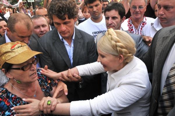 Юлия Тимошенко общается со своими сторонниками в перерыве между судебным заседанием 24 июня 2011 года. Фото: Владимир Бородин/The Epoch Times Украина
