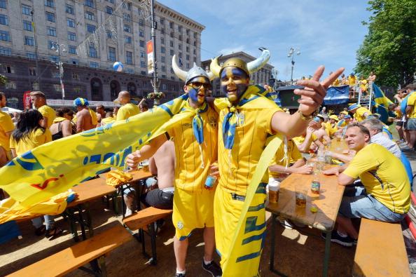 Шведские болельщики веселятся в фан-зоне в центре Киева накануне матча Швеции против Украины 11 июня 2012 года. Фото: SERGEI SUPINSKY / AFP / GettyImages