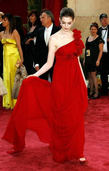 Акторка Енн Хеттевей (Anne Hathaway) відвідала церемонію вручення Премії 'Оскар' в Голівуді Фото: Vince Bucci/Getty Images