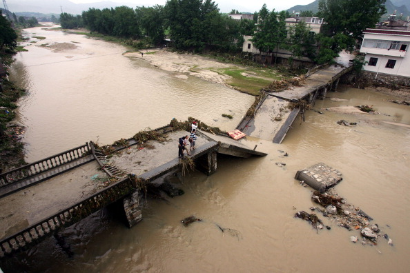 Наводнение обрушило мост в одном из городов провинции Хубэй. Фото: STR/AFP/Getty Images