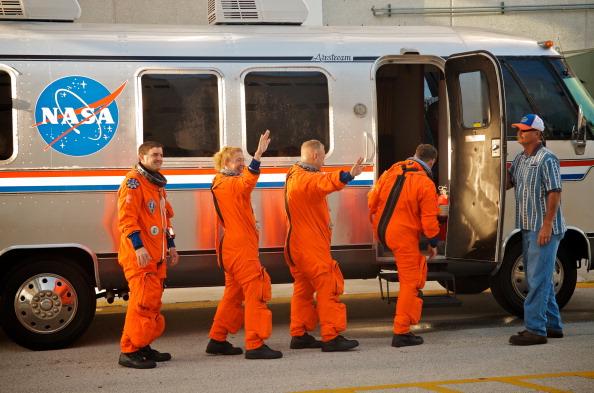 Астронавты шаттла отправляются на предполетную проверку. Фото: Roberto Gonzalez/Getty Images