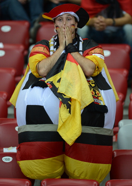 Немецкий болельщик разочарован поражением своей сборной в матче против Италии 28 июня Национальный стадион в Варшаве. Фото: CHRISTOF STACHE/AFP/Getty Images