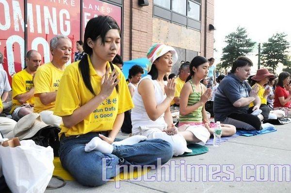Акція із запаленими свічками, присвячена пам'яті послідовників Фалуньгун, загиблих від репресій у Китаї. Фото: Мін Го/The Epoch Times
