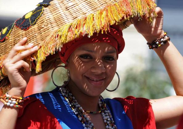 Учасниця фольклорного ансамблю, який збирає кошти для постраждалих після землетрусу в Гаїті. 5 лютого 2010. Фото: ORLANDO SIERRA / AFP / Getty Images