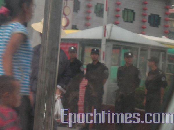 Озброєні поліцейські в м. Цзішоу. Фото: The Epoth Times