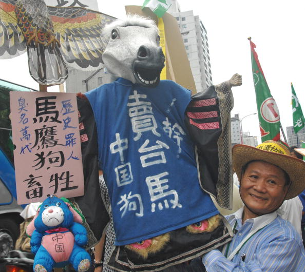 Первый иероглиф в имени тайваньского президента «Ма» – означает «лошадь». Тайваньцы выражают протест против политики президента на сближение острова с коммунистическим Китаем. Фото: PATRICK LIN/AFP/Getty Images