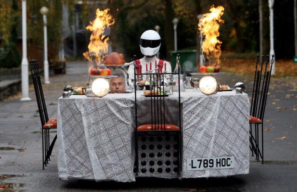 Британський конструктор Перрі Воткінс під час прес-конференції, присвяченій виставці «Motorshow» в Ессені, проїхався на автомобілі у вигляді ресторанного столика. Фото: PATRIK STOLLARZ/AFP/Getty Images