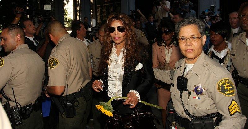 Старшая сестра Майкла Джексона, Латойя Джексон покидает здание суда Лос-Анджелеса 27 сентября 2011. Фото: Frederick M. Brown/Getty Images